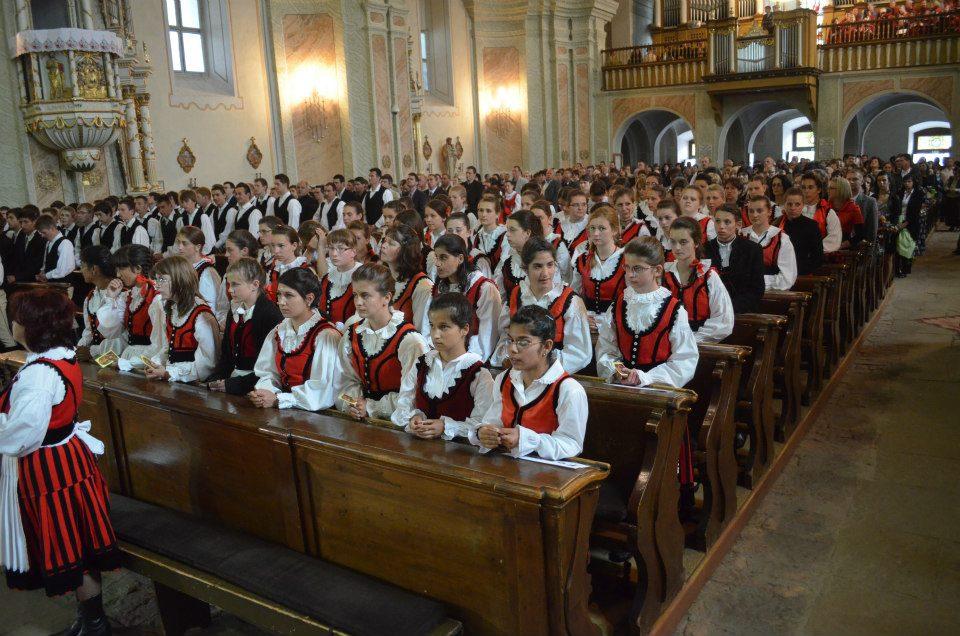 kkép-Keresztény Európa - Keresztény Kárpát-medence - A kersztény tudat, a keresztény hit erős hagyománya közösségépítő teremtő erő - a képen Bérmálkozó fatalok csíki székely népviseletben a Csíksomlyói kegytemplomban